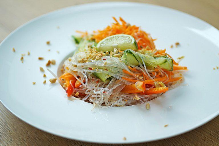 salade de nouilles colorées en bocal, à la cacahuète